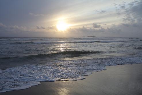 Vårkveld på Borestranda, en av Norges lengste sandstrender. I bakgrunnen sees Feistein fyr.