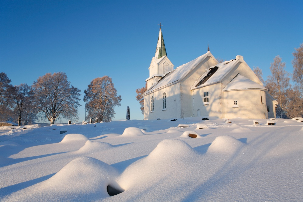 Vinter ved middelalderkirken på Hov, Hurum